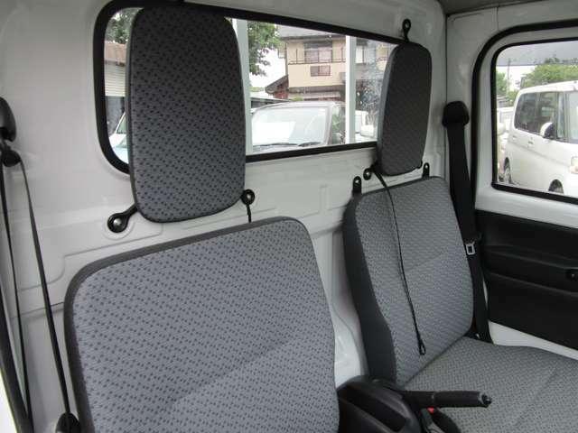 荷室も沢山荷物が入ります 空間の確保を考えるのは全メーカー同様の考えのようです。後部座席のアレンジもあるため、多彩な使い方が出来ます。一度現車にてご確認ください