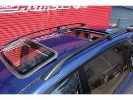 標準装備のWムーンルーフ作動確認OK。ウインドウ各部雨染み有りませんので、車庫で普段から保管されていた車だと予想できます。窓ガラスが綺麗です
