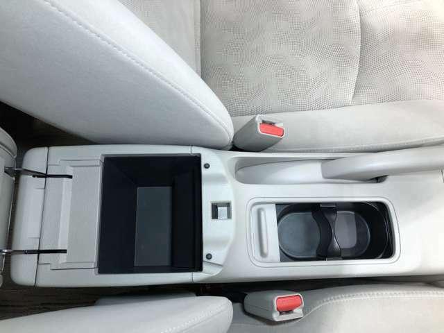 アームレストの中にはちょっとした収納スペースがあります!運転席周りをすっきり保てます!