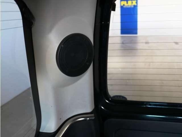 車内後部のピラーにはスピーカーを増設!