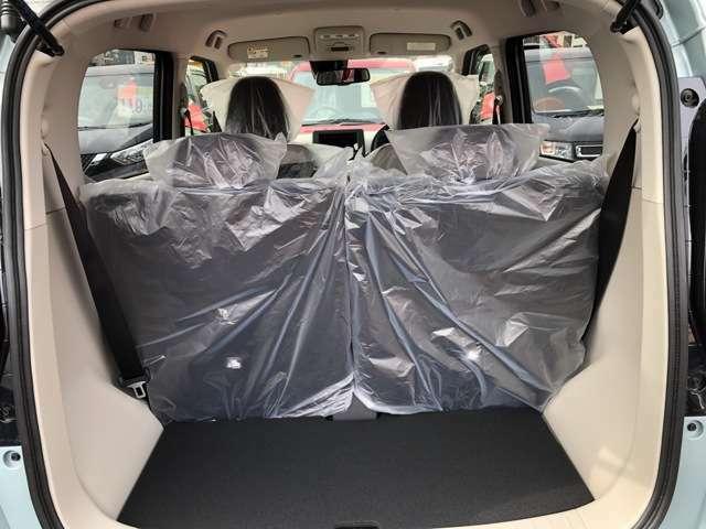 後部座席を倒すと大きな荷物もつめるのでとても便利です♪