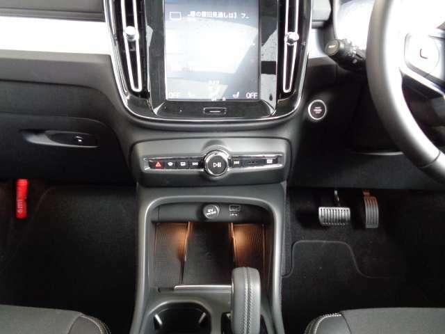 キャビン中央の9インチタッチスクリーン式センターディスプレイ。デザインの美しさと使いやすさを融合した、新世代のボルボ車に共通するレイアウトになっています。そして、画面は最新のスマホと同形状です。