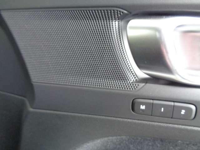 2人分のシートポジションとミラーの角度を記憶するメモリー機能付きのパワーシートスイッチ。ご主人、奥様などのポジションを記憶してくれるので、ドライブ中の交代のときなど、とても便利ですよ。