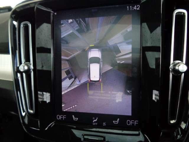 優美で縦長の9インチタッチスクリーン式センターディスプレイ。リバース時には、4個のカメラで360度真上から見下ろした映像を作成したり、ガイドラインを表示して、安心・安全な車庫入れ等が可能になります。