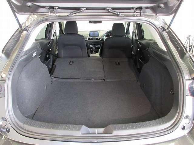 豊富なシートバリエーションで荷物を積む時は、シートをたたむと広々とした空間が出来ます。