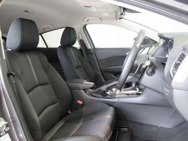 上質なシート素材と座り心地のよいクッション。長時間の運転やコーナーの多い道も快適です。