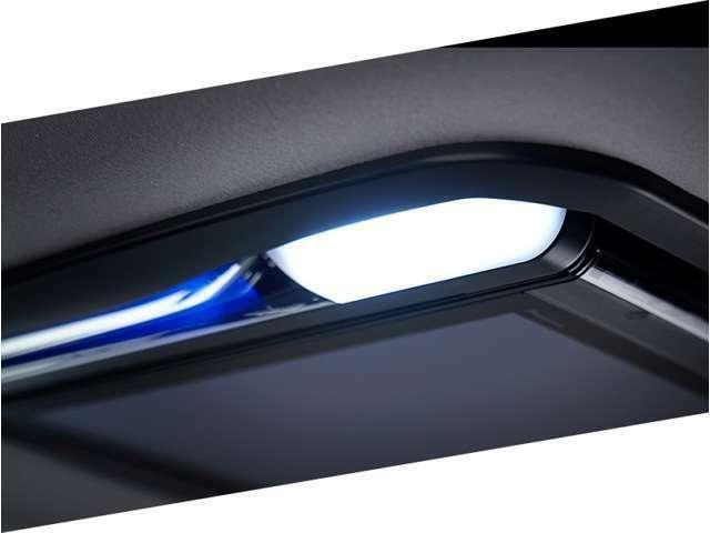 Aプラン画像:車室内を高品位に彩る洗練されたデザイン ハーフミラー私用のブルーLEDイルミネーションを搭載。昼と夜で見え方が異なるデザインで高級感あふれる美しさを演出します。