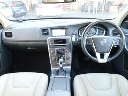 お洒落なな白革を装備したV60!衝突軽減装置やレーダークルーズコントロールなどを装備したセーフティPKGも標準装備♪純正ナビにはリアビューカメラも備えておりますので駐車をする際にも安心ですよ♪