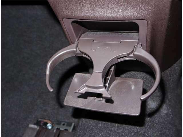 運転席と助手席の間に、収納式のカップホルダーがついていますよ