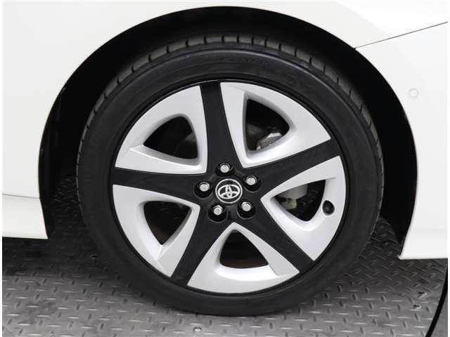 トヨタ純正アルミホイールのデザインになります♪タイヤサイズは、17インチです(^_-)-☆