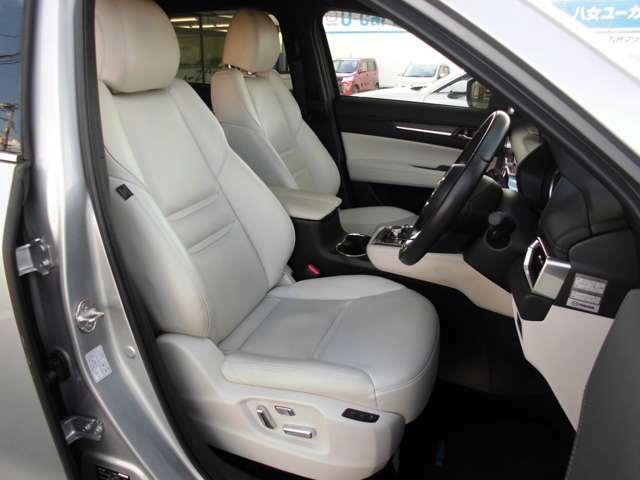 フロントシートです。運転席はメモリー機能付きパワーシートとなります。