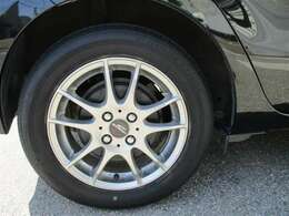 タイヤサイズ175/65R15、タイヤ残り溝約3mmの社外アルミホイール付きです。