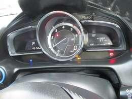 中央の大型円形メーターと左右のウイング状のデジタルディスプレイからなる 新しいデザインを採用 。メーターを真正面に置くことで ドライバーはコクピットの中心軸を強く感じることができます