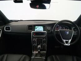 H28年式のV60 D4 Rデザインがご入庫致しました。外装は人気のオニキスブラック、内装は高級感のあるブラックレザーシートでございます。シートヒーターなども付いており装備充実の一台です。