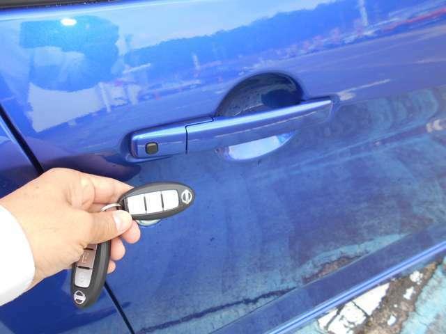 スマートキーなので、わざわざリモコンを取り出したりカギを差し込まなくても手ぶらでドアロックの解錠施錠が出来ます。