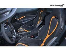 ブレーキキャリパーとコーディネートされたマクラーレンオレンジのアルカンタラ内装