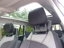ガラスルーフ付きで開放的な車内! 快適ドライブをご堪能下さい!