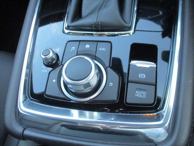 オートホールド機能を装備。停車時にブレーキペダルから足を離しても停車状態を維持できる機能です。アクセルペダルをを操作するとブレーキは自動的に解除されます。電動パーキングブレーキ付き。