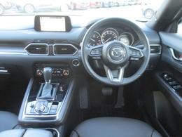 運転席にはフロントガラス照射タイプのアクティブ・ドライビング・ディスプレイを搭載。さらに20SプロアクティブにはTSR交通標識認識システムを装備。速度制限などの標識をカラーで表示します。