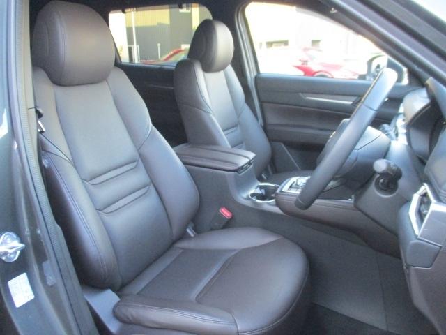 Lパッケージは左右席にパワーシートとシートヒーターを装備。運転席には10wayとメモリー機能、助手席は6wayの調整が可能です。体格や好みに応じたポジションをスムーズに調整でき、快適な運転を楽しめます