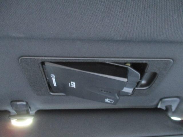 マツダ純正スマートインETC装備。サンバイザーの裏に隠れるように車載器をスッキリ収納。ワンプッシュで車載器が斜めに下がりますのでETCカードの出し入れも簡単にできます。