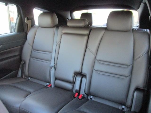 7人乗りは2列目シートにベンチシートを装備。ゆったり座れる広さで心地よいホールド感を実現。また、2列目と3列目を倒せば、ベンチシートならではの連続した広いフラットなスペースが得られます。