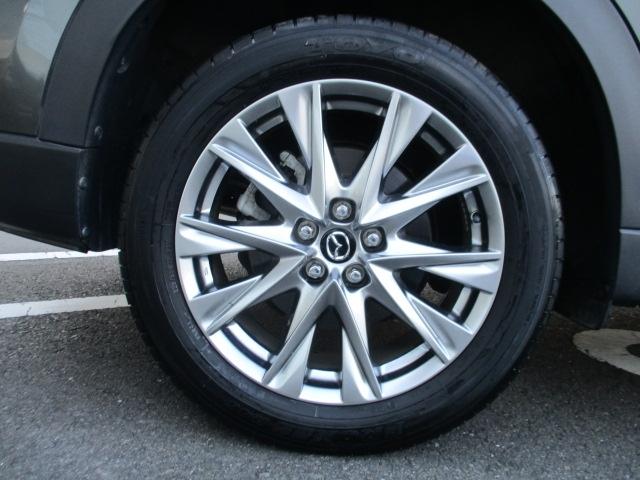 19インチアルミホイールを装備。ホイール中心から外側に向かってダイナミックに広がっていく造形で、SUVらしい強さを表現しています。タイヤサイズは225/55R19です。