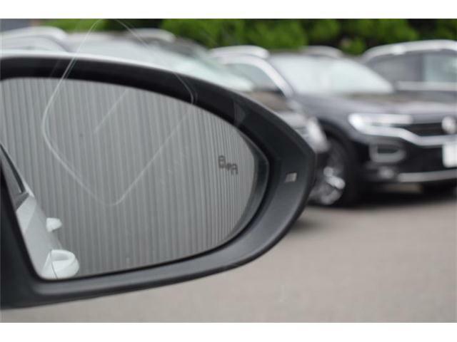 ブラインドスポットディテクション(後方死角検知機能)。後方側面の死角に車両を検知した際、方向指示器を操作すると警告灯が点滅し注意を促します。