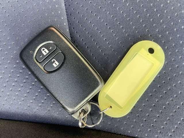 スマートキー 携帯するだけでドア等の施錠・開錠・エンジン始動が可能なスマートキーシステムを装備しております。便利なこのシステムは一度使うと手放せません。セキュリティ面も安心です