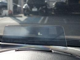 ヘッドアップディスプレイも装備で道路標識も確認出来ます。