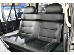 サードシートも対面式2人掛けシートに変更しております!