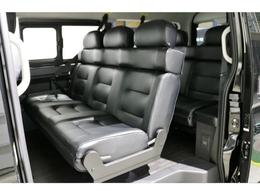 セカンドシートは3人掛け対面式シート!ゆったり座れます!