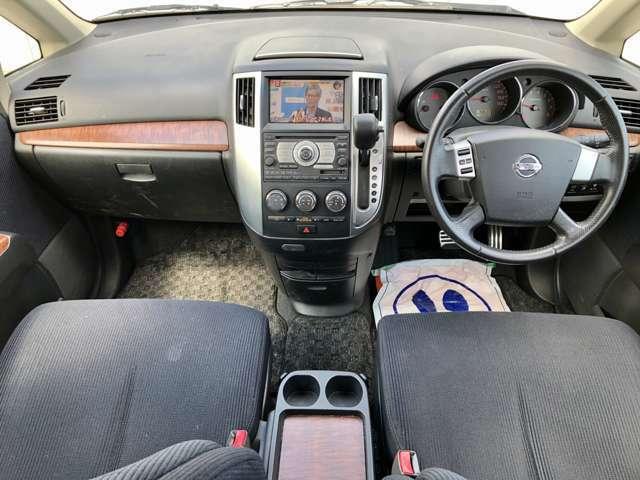 【運転席】インパネシフト・ウォークスルーですので後部座席への移動も楽々です♪