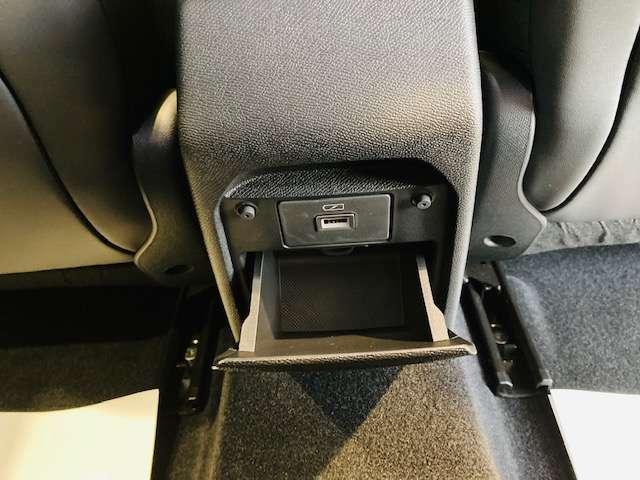 後ろにもUSBポートが付いており、後ろに乗っている人も充電が簡単です!