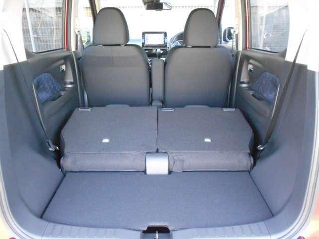 ★セカンドシートをすべてを倒せば、長尺物などの収納もできるスペースになります