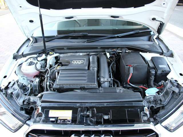 エンジンに異音などはございません。エンジンオイル漏れや滲みもございませんのでご安心ください