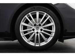 純正21インチパナメーラデザインアルミホイールブラックハイグロスが足元を引き立てております!