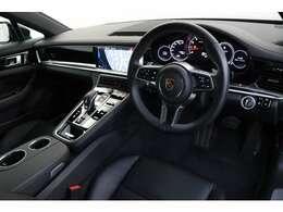 内装はブラックレザーを基調とし、シンプルかつ高級感がございますので、優雅なドライブをお楽しみ頂けます!