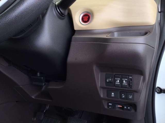 高速で便利なETCがあり、便利なパワースライドドアや、横滑りを防ぐVSAなどのスイッチは、運転席の右側、手の届きやすい位置にあります。