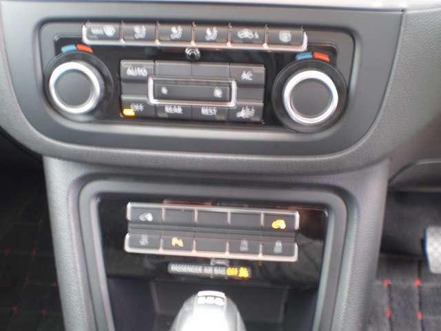 オートエアコンの操作パネル他、色々な設定のスイッチが、配置されています。