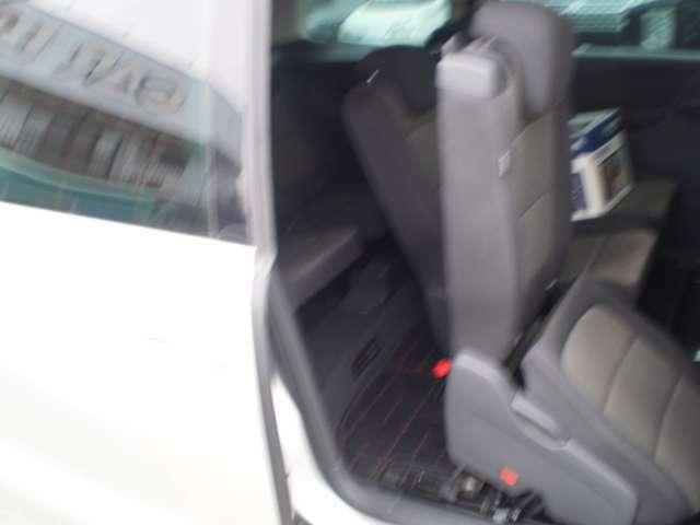 サードシートへの乗り込みの際、セカンドシートを倒して、楽に乗り込むことが出来ます。