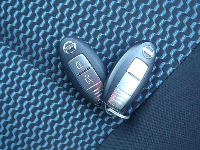 【インテリジェントキー】 ドアロックの開閉やエンジンスタートの操作までもボタンひとつでOKなんです。お買い物で、両手が塞がっている時もキーをポケットに入れていればボタン一つでドアロックを開閉出来ますよ