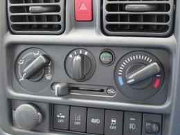 使いやすいマニュアルエアコン!大きく見やすいスイッチ類で少ない視線移動時間での操作が出来ます!お好みの温度設定&風量を設定可能!