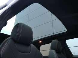 明るく開放的な光を生み出し広々とした空間を演出するガラスルーフ!ダークティンテッド強化ガラスは快適な車内温度を維持し日差しの影響を抑えるとともにプライバシーを保つ。電動サンブラインドも装備!
