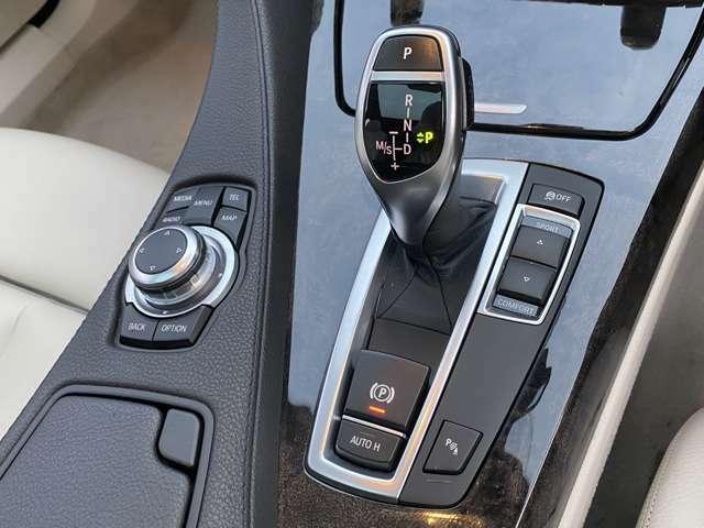 【機能的なコントロール・パネル】ドライバーがより直感的に操作できる様、コントローラーとスイッチ類を統合。きわめて高度な機能性と快適な操作フィーリングを実現しました☆