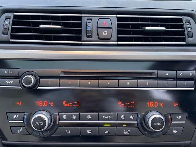 【左右独立式オートエアコン】☆運転席・助手席で個別に温度設定する事が可能。一定以上の大気中の有害物質を感知すると自動的に内気循環モードに切り替わるAUCを装備☆