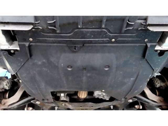 エンジンアンダーカバーも擦り傷等はございません。