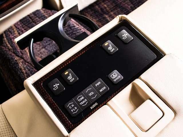 リアコンソールにコントロールスイッチを完備しオーディオ、後席のリクライニング動作等々、快適装備の動作が可能です。全席快適空間となっております!!