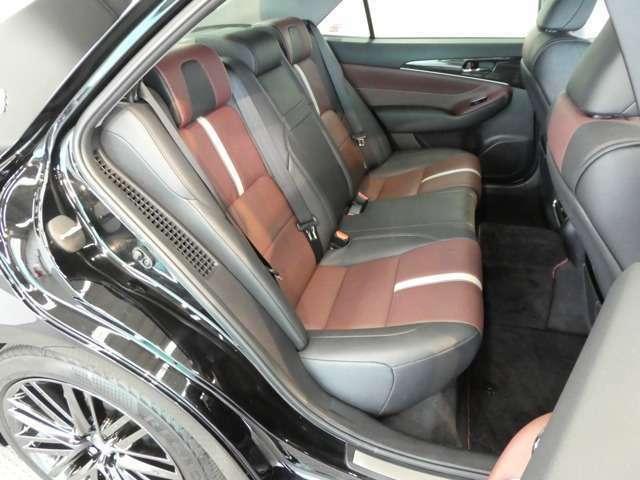 長時間のドライブも快適に過ごせる 後席空間。