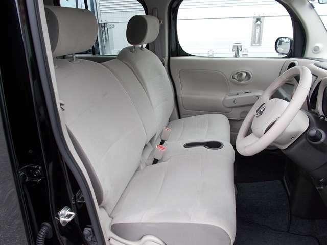 【フロントシート】ウォークスルー設計で車内を移動できます!圧迫感のない快適な室内空間!
